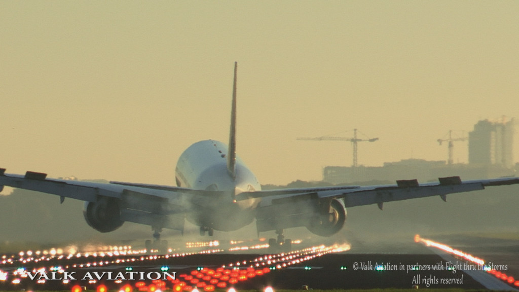 Crosswind landing United B777 @ RW06 AMS.Still001