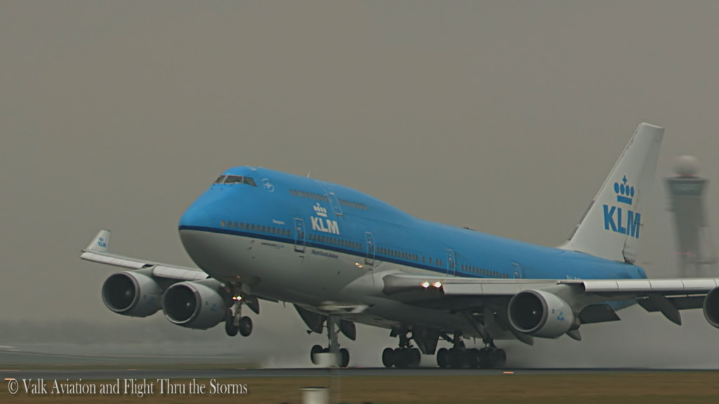 Spray takeoff PH-BFB @ KLM B747 FO Froukje Dinkla.Still006